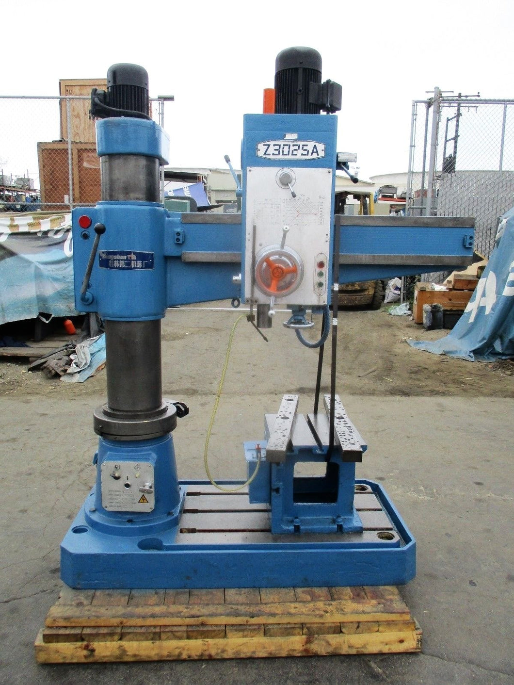 XIANGSHAN MODEL Z3025A RADIAL DRILL PRESS WITH TABLE