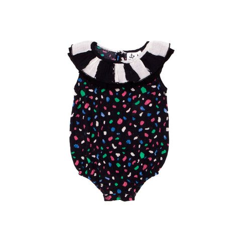 This sweet romper from Noé & Zoë has a crew neck, a puffy and loose fit, one button to close at the back and three snap buttons in the crotch. Available at the shop for kids konfetti kids in barcelona. tienda para niños en barcelona konfetti kids.