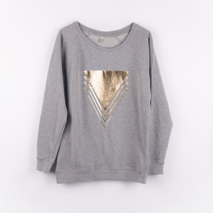 Gold triangles on a light grey sweat