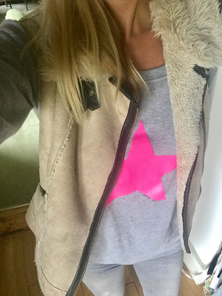 Neon pink star on light grey sweat