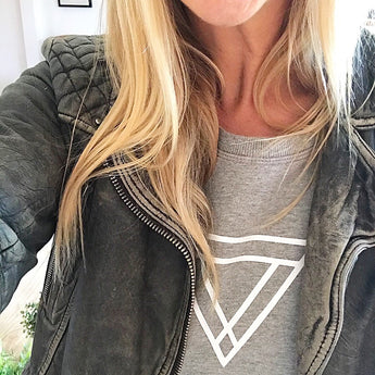 *NEW* White triangles on light grey sweat