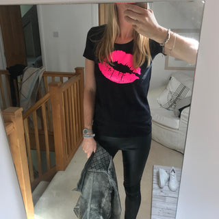 Neon pink lips on black tee (M)