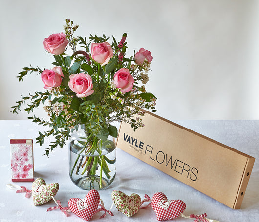 6 PINK ROSES WITH GIFT SET
