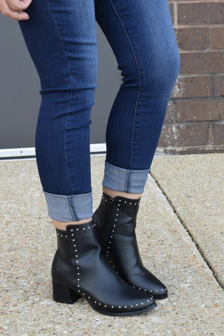 STUD MUFFIN BLACK STUDDED BOOTIES