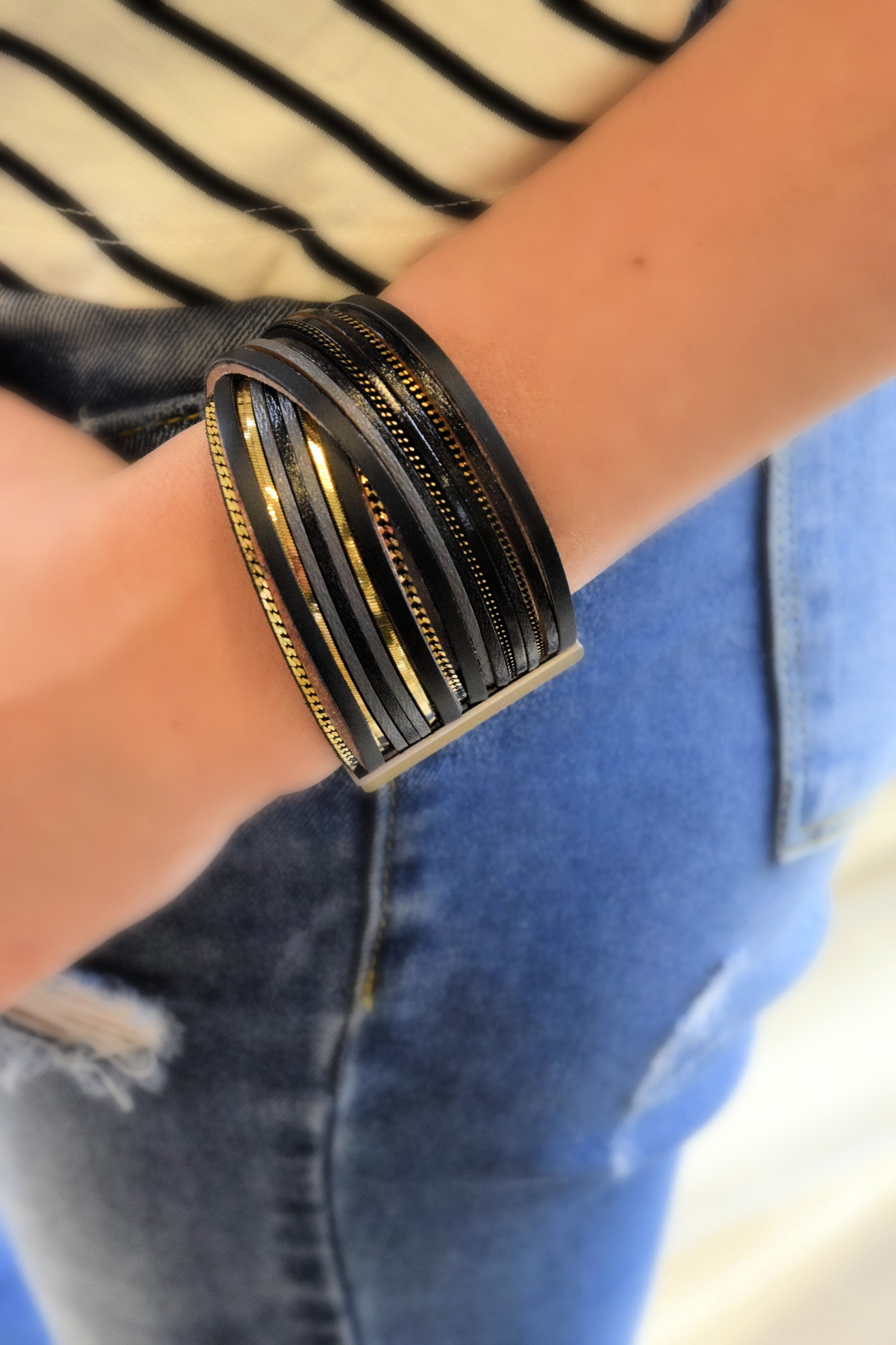 GET TWISTED BLACK AND GOLD CRYSTAL BRACELET