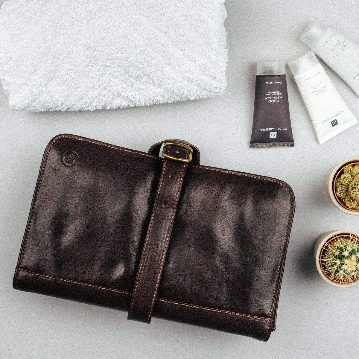 Image 8 of the 'Pratello' Dark Chocolate Veg-Tanned Leather Wash Bag