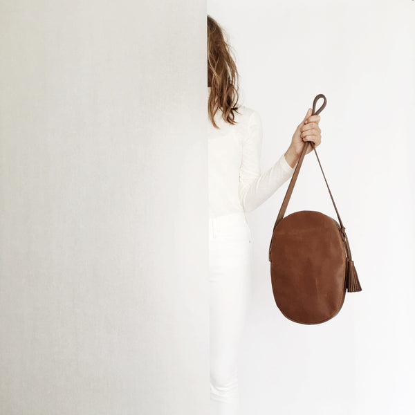 carole oval tote | brown