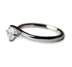 single-diamond-engagament-ring