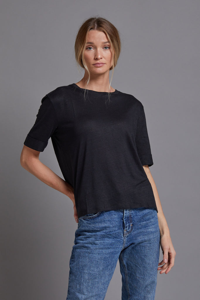 Majestic Linen Short Sleeve Relaxed Crewneck in Noir