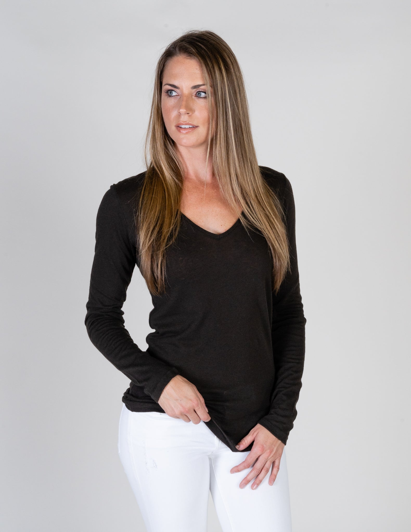 Majestic Long Sleeve Cotton/Cashmere V-Neck Tee in Chocolate