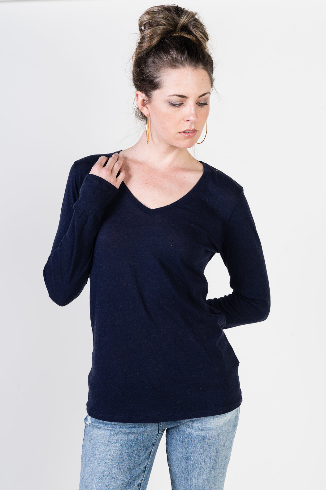 Majestic Long Sleeve Cotton/Cashmere V-Neck Tee in Navy