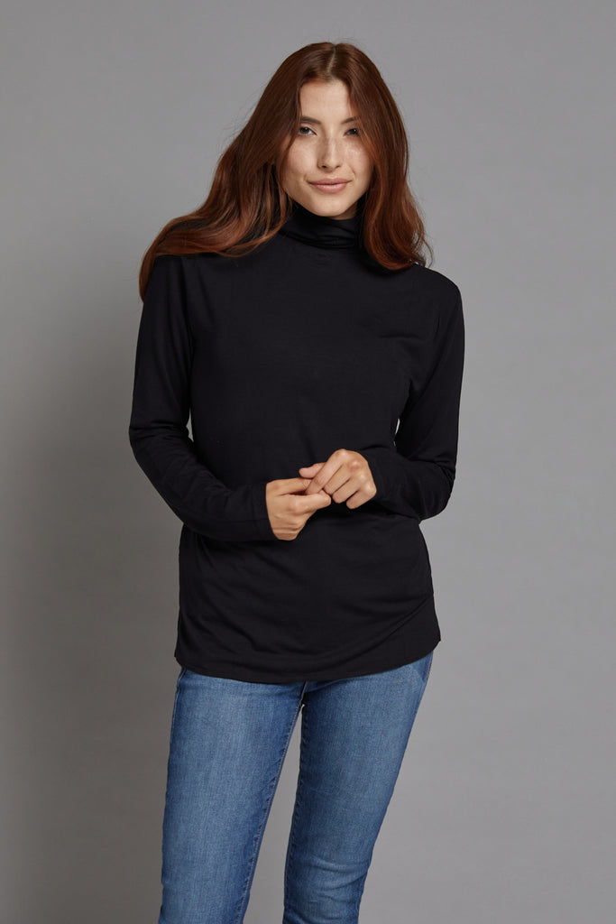 Majestic Long Sleeve Viscose Boxy Turtleneck in Noir