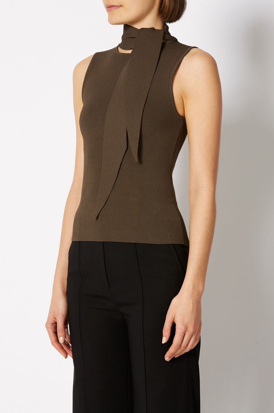 CREPE KNIT SLEEVLESS CRAVAT TANK, COLOR CAFE