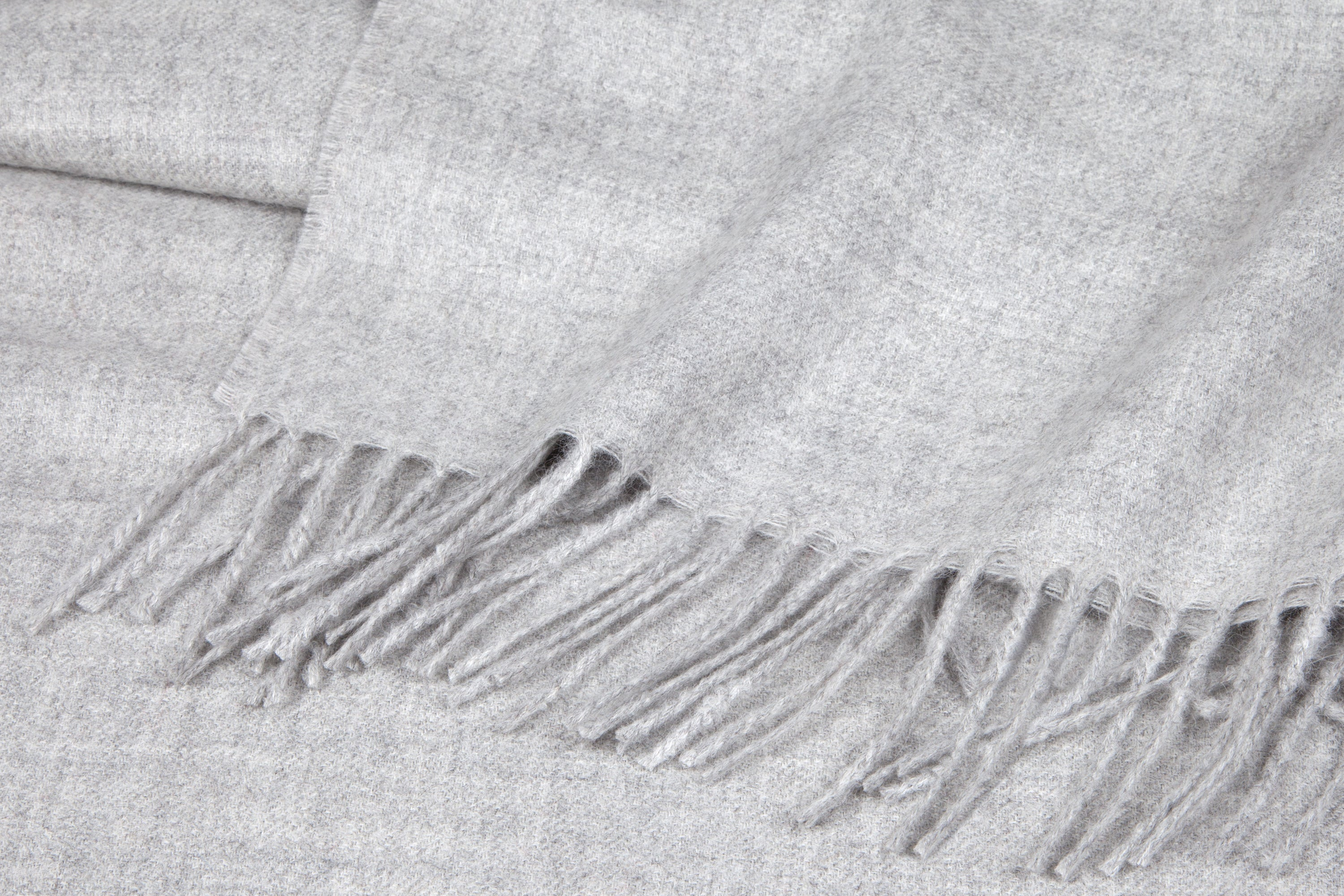 Detail fringe light grey Alpaca blanket