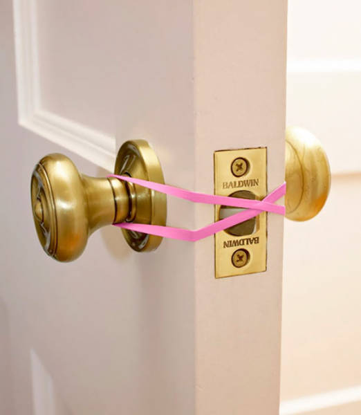 12-keep-a-door-open-with-rubber-bands-to-protect-your-kids-from-getting-locked-in-the-bathroom