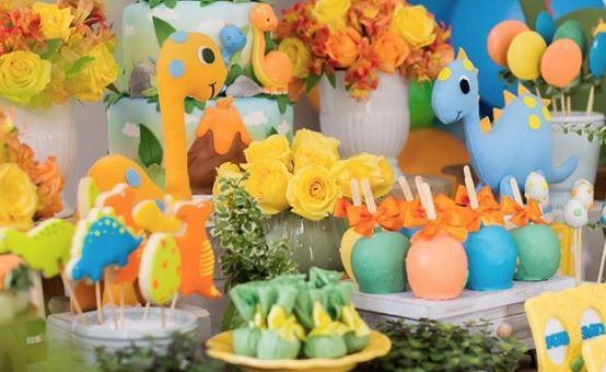 Dinosaur themed party ideas-Dino party-Dinosaur cakepopos-Dinosaur cupcake-Dinosaur minicake-Dinosaur milk chocolate-Dinosaur party decorations-by the party project