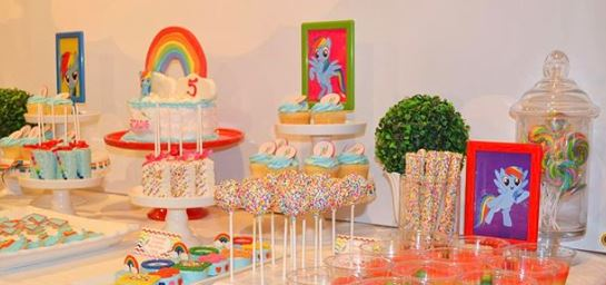 My little Pony party idea- Cake My Little Pony- Rainbow Dash party foods-Rainbow Dash cakepops-My Little Pony favor boxes-www.thepartyproject.us