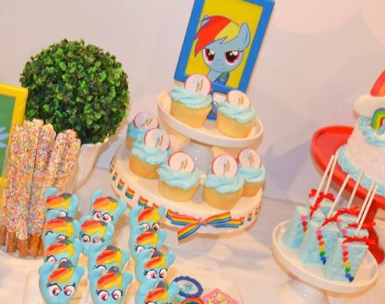 The Little Pony cake- The Little Pony cakepops -Rainbow Dash cookies-Rainbow Dash Candy Bar-Rainbow Dash Pretzels-My Little Pony party inspiration-Rainbow Dash decoration-www.thepartyproject.us