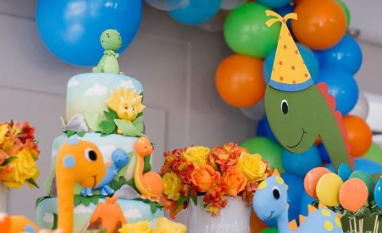 Dinosaur cake-Dinosaur party decorations-Jurassic themed birthday party-Rawr-party inspirations-Birthday-Party-Dinosaur Center pieces-by the party project