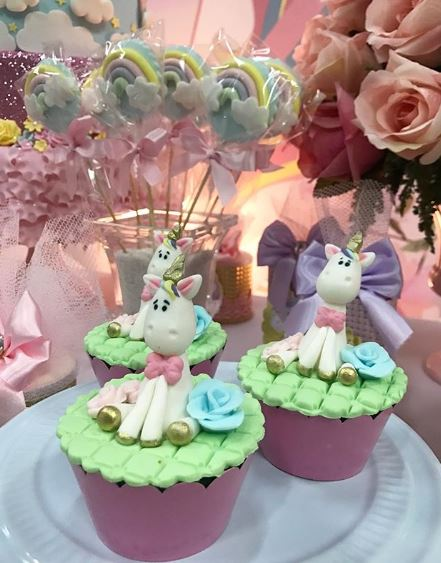 Unicorn birthday party idea- Unicorn Cupcake- Unicorn centerpieces- Unicorn party- Unicorn cookies-Unicorn party inspirations- Unicorn birthday- Unicorn party foods- Unicorn Candy bar- by the party project.