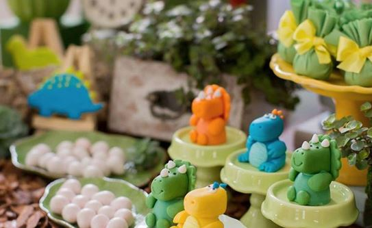 Dinosaur mini cake-Dinosaur treat bags- Dinosaur party bags-Dinosaur eggs-Dinosaur chocolate-Dinosaur cookies-Party inspirations-Dinosaur themed party ideas-Baby dinosaurs -Cute dinosaur party ideas-by the party project