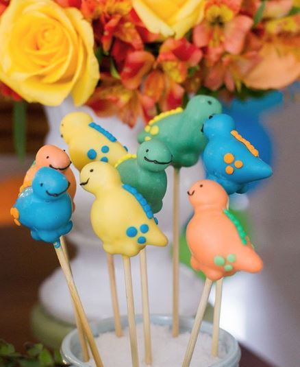 Dinosaur cakepops-Dinosaur cake-Dinosaur party ideas-Decorations-Dinosaur dessert table-Jurassic candy bar-by thepartyproject