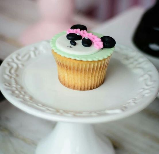 Girl panda cupcake-Girl Panda candy bar- Panda birthday party idea-Panda party foods-www.thepartyproject.us
