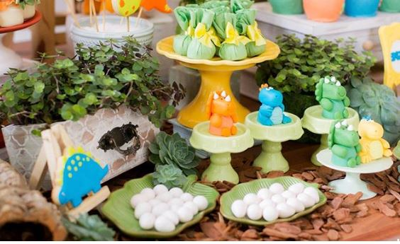 Dinosaur themed party ideas-Dinosaur party foods-Dinosaur party ideas-Dino eggs-Dino mini cake-Dinosaur cookies-Dinosaur treat bags-Dinosaur cupcakes-Baby dinosaur birthday-Dinosaur decor table-www.thepartyproject.us