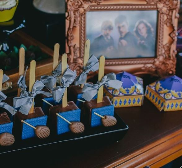 Harry Potter birthday Party ideas- Harry Potter cakepops- Harry Potter milk chocolate- Harry  Potter dessert table-by the party project.