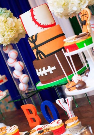 Sports birthday party- Baseball party- Football party decorations- Basketball birthday party ideas- Sports cake- Sports cupcake- Deportes candy bar- Fiesta deportes- www.thepartyproject.us
