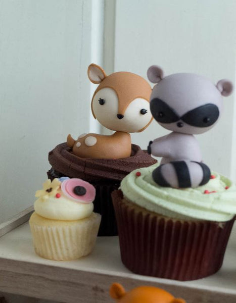 Cupcakes-Woodland Babyshower Cupcakes- Forest animals cupcakes- Woodland Cupcakes idea-Candy bar treats-Woodland chic dessert table idea- Woodland party foods-www.thepartyproject.us