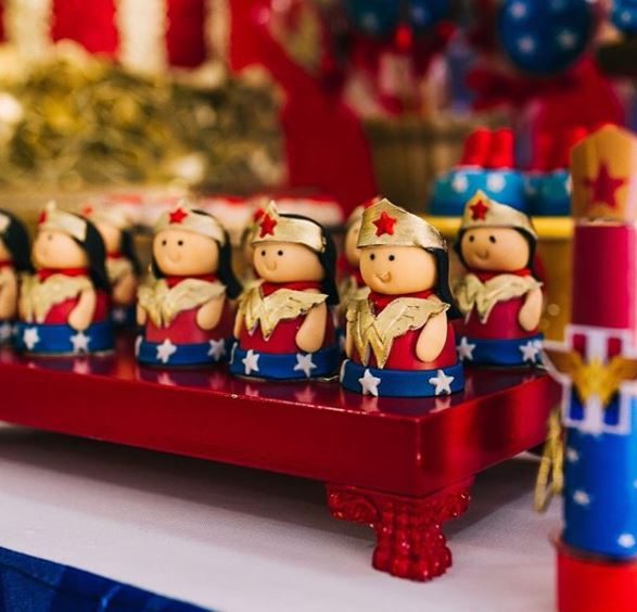 Wonder Woman Cake-Wonder Woman Party Idea- Wonder Woman party inspiration-Wonder Woman Candy Bar-Wonder Woman dessert table ideas-Wonder woman mini cakes- www.thepartyproject.us