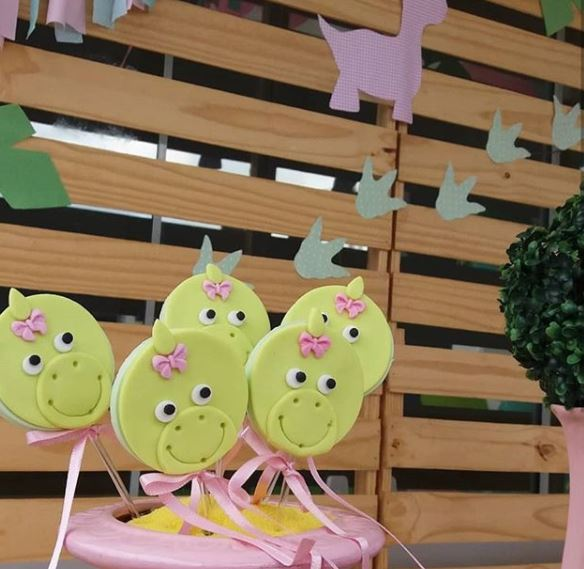 Girl Dinosaur Party Ideas- Girl Dinosaur birthday- Pink Dinosaur party- Dino Baby shower- Dino macaroons- Dino party food- Dino Center Pieces- Dino cookies- by the party proyect.