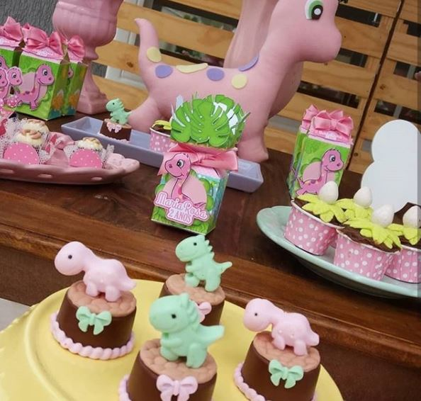 Girl Dinosaur Party Ideas- Pink dinosaur birthday- Dinosaur Cake- Dinosaur mini cake- Pink Dino candy bar- Girl Dinosaur dessert table- Dino party inspirations- www.thepartyproject.us