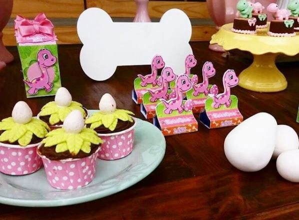 Girl Dinosaur Party ideas- Pink Dinosaur cupcakes- Dino baby shower- Dino party inspirations- Pink Dinosaur decorations-Girl Dinosaur candy bar-by the party project.