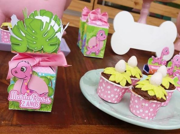 Girl Dinosaur Party Ideas- Pink Dinosaur favor boxes- Dinosaur treats- Pink dinosaur candy bar- Dinosaur dessert table- Fiesta Dino-Festa dinossauro menina-www.thepartyproject.us
