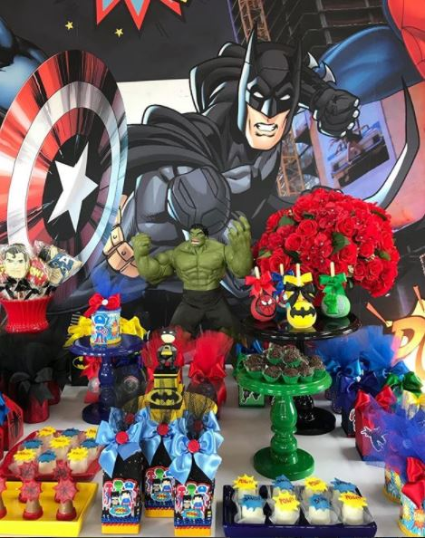 Superheroes cakepops- Avengers cupcakes- Superheroes and Avengers center pieces-cookies superheroes-Superheroes and Avengers dessert table ideas- Justice league candy bar-Superheroes party food-by the party project.