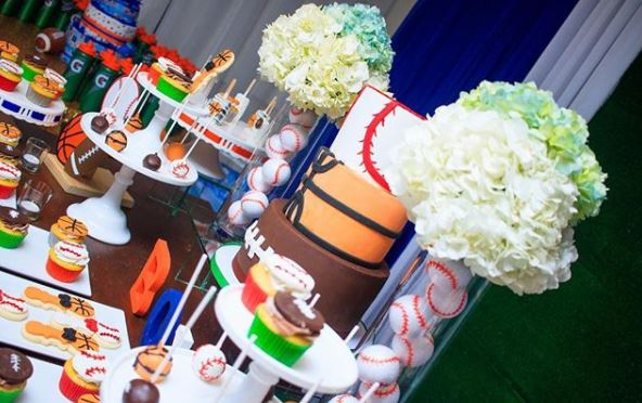 Sports birthday party ideas- Fiesta deportes- Sports dessert table- Sports party inspirations- Sports party foods- Sports cake- Football mini cake- Baseball cakepops- Basketball birthday- sports candy bar- www.thapartyproject.us