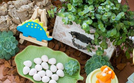 Dinosaur eggs-Dinosaur milk chocolate-Dinosaur party foods-Dino cookies-Dino mini cake-Dinosaurs decor table-Dinosaur party inspirations-by the party project