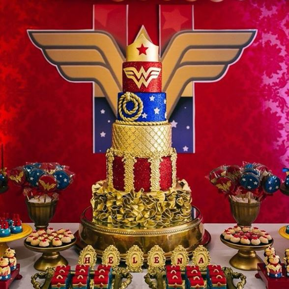 Wonder Woman Cake- Wonder Woman party Ideas- Wonder Woman dessert table-Wonder Woman birthday party- Wonder Woman Foods- Wonder Woman Party Inspiration-Cumpleanos Mujer maravilla-www.thepartyproject.us