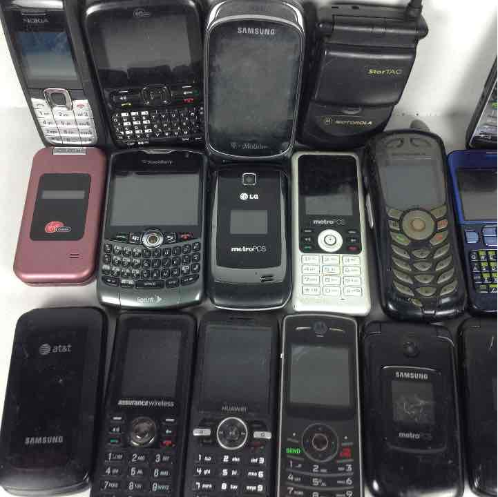 Lot of 20 Old Cell Phones Nokia, Kyocera, Blackberry + More AS IS