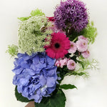 Load image into Gallery viewer, monthly hand tied bouquet subscription