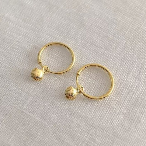 TINY SHELL HOOPS | GOLD