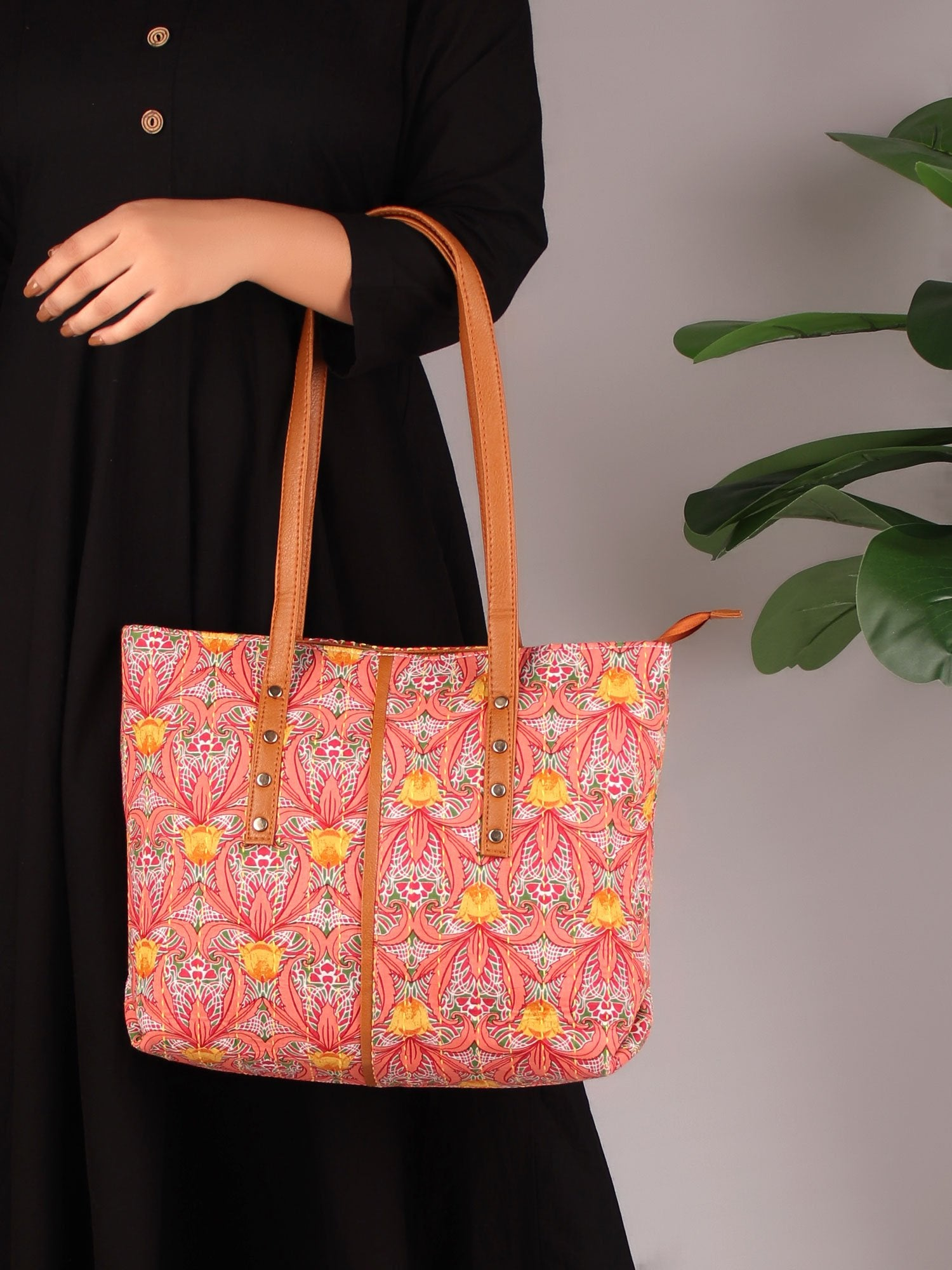 ARTISTIC TURN TOTE BAG