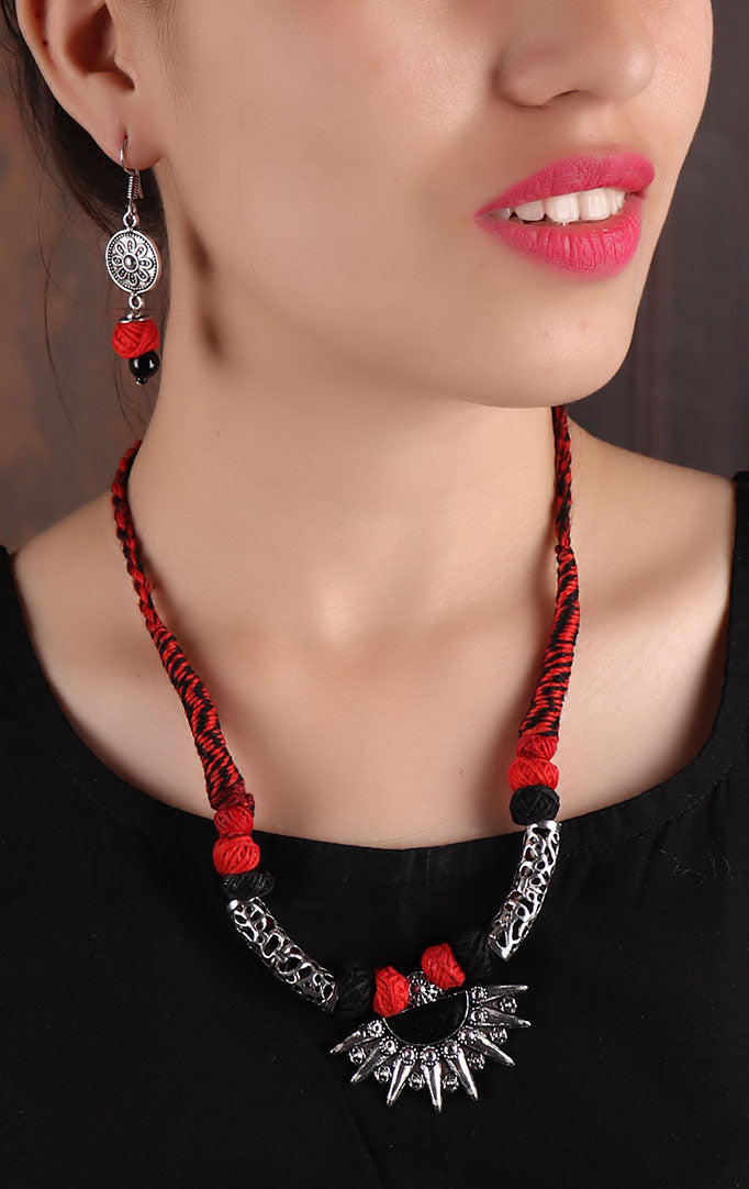 Red-Silver Short Thread Necklace