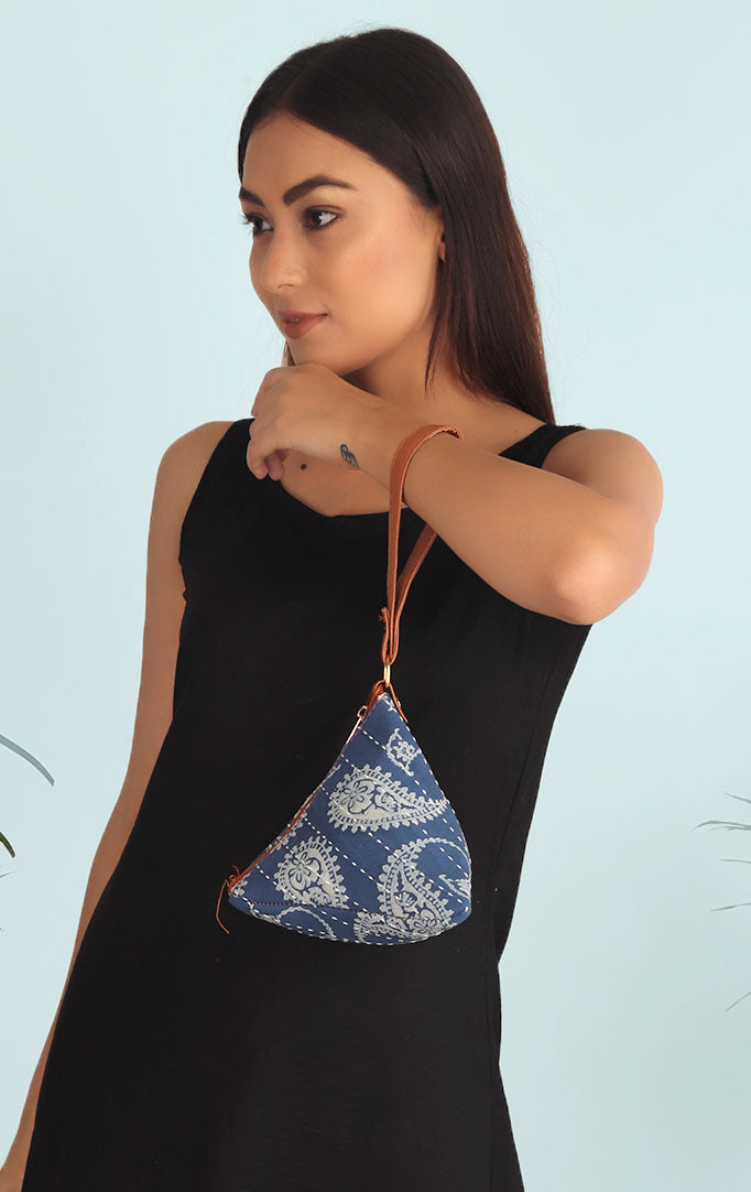 WHITE PAISLEY PRINT MINI TRIANGLE PURSE