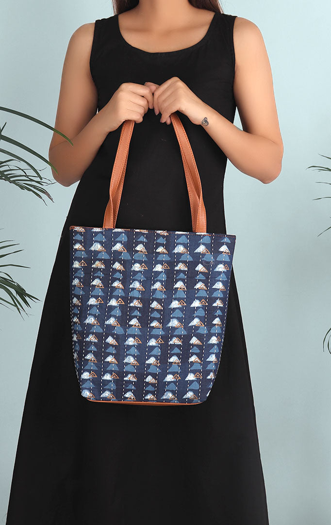 Hills Are Calling Tote bag In Navy