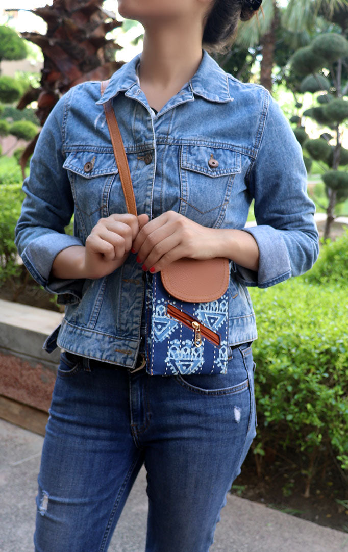 TRIANGLE BLOCKPRINT SLING BAG