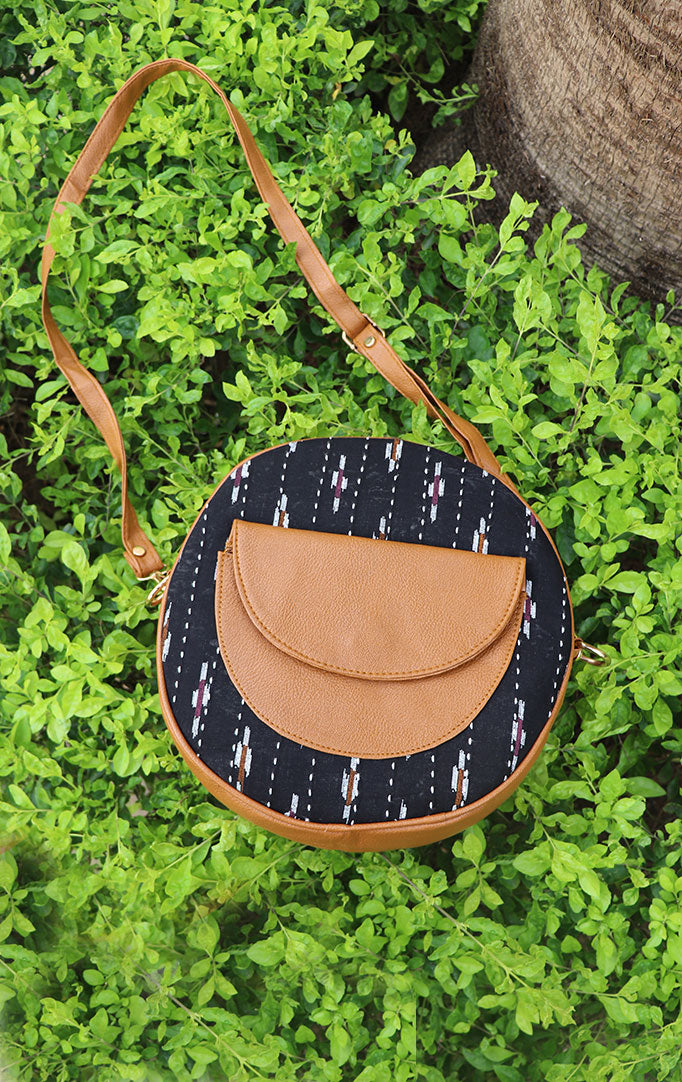 QUIRKY SOUL ROUND SLING BAG IN BLACK