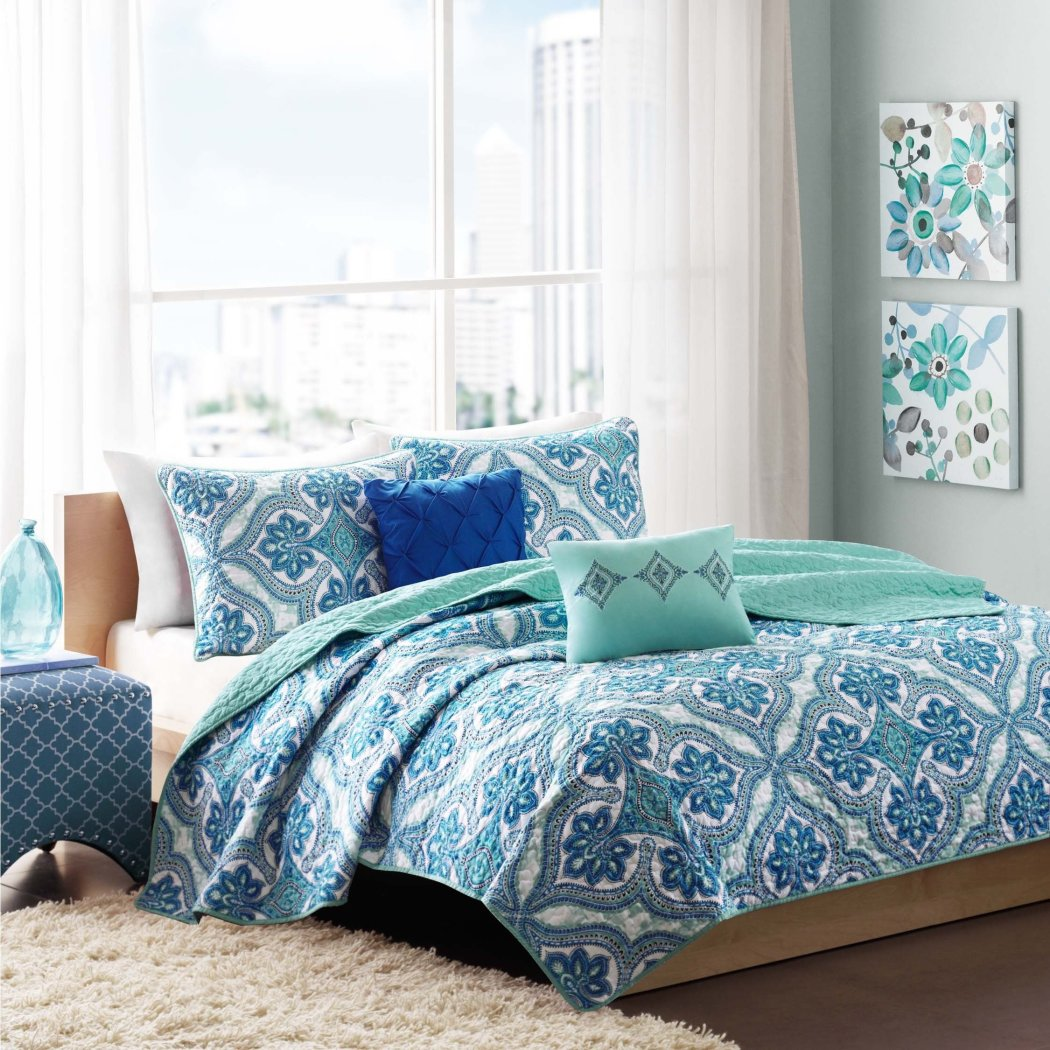 Lionna Coverlet Set